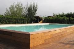 Piscina Laghetto Dolcevita seminterrata rivestimento doghe legno orizzontali